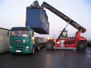 Fahrzeug der Firma Bernd Hageloch Transporte, bei derÜbernahme eines Containers im Hafen von Rotterdam.